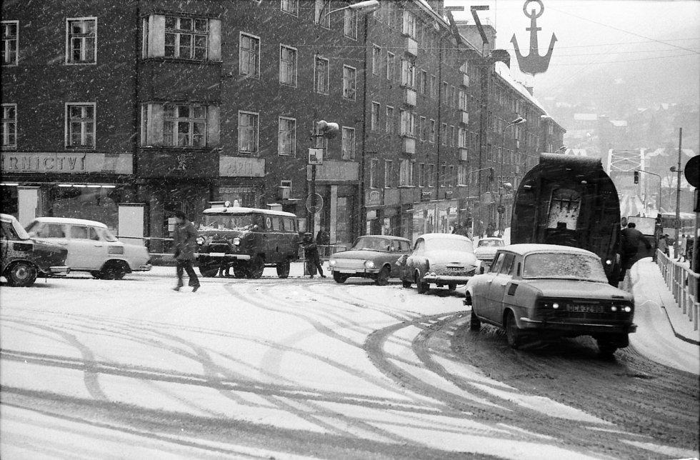 Kalamita na Tyršově ulici. Ke koloritu tehdejšího Děčína patřila i sovětská vojenská sanitka roztlačovaná zhruba uprostřed záběru. Rok 1977. Za poskytnutí snímku děkuje muzeum panu Vilibaldu Liebscherovi