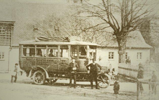 Autobus jezdící mezi Sebnitz a Dolní Poustevnou vroce 1914