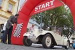 Spanilá jízda patnácti historických vozidel v čele se závodní Tatrou šestinásobného vítěze rallye Paříž-Dakar Karla Lopraise projela v pátek dopoledne Děčínem.