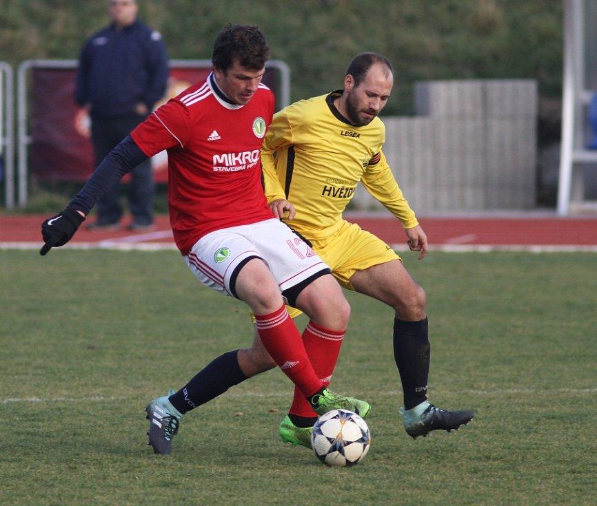 JASNÁ ZÁLEŽITOST. Fotbalisté Rumburka (ve žlutém) porazili doma Bohušovice 7:0.