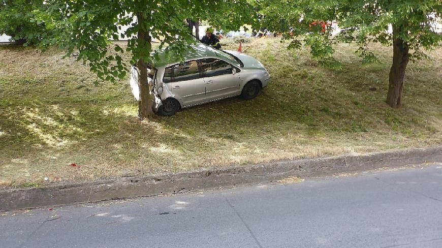 Zaparkované auto se později samo rozjelo. Z parkoviště sjelo ze svahu a zastavilo se až o strom