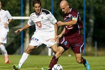 MATĚJ KOTIŠ (vpravo) ještě v dresu Varnsdorfu v utkání proti Hradci Králové. Minimálně půl sezóny bude ale oblékat právě barvy Votroků.