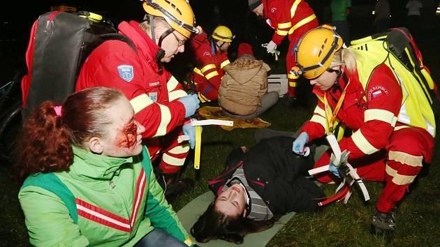 Padesát zraněných v Tisé. Noční cvičení ve skalách dalo záchranářům pořádně zabrat.