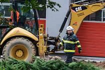 HASIČI zasahovali u překopnutého plynového vedení před svou budoucí hasičárnou.