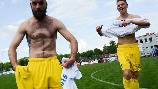 """ZÁLOŽNÍK MATĚJ KOTIŠ si před zápasem na hruď vyholil číslo 2. A po zápase se náležitě pochlubil. """"Málem jsem si uřízl bradavku,"""" smál se holohlavý hráč Varnsdorfu."""