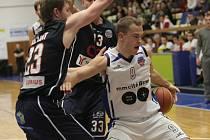 DĚČÍNŠTÍ BASKETBALISTÉ (v tmavém) prohráli v Brně.
