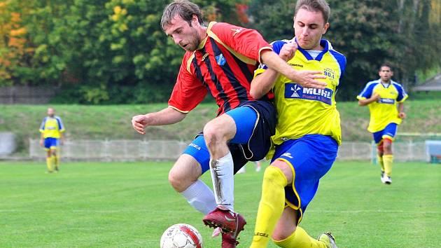 REMÍZA. Rumburk (ve žlutém) v derby proti Březinám zachraňoval remízu až v závěru.