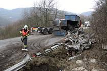 Kamion s vysypaným nákladem ucpal silnici z Děčína na Českou Lípu.