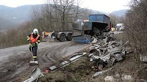 Kamion s vysypaným nákladem ucpal silnici z Děčína na Českou Lípu