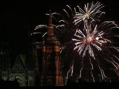 Novoroční ohňostroj rozzářil 1. ledna 2008 úderem 18. hodiny nebe nad Prahou. Fotografováno z Loretánské ulice na pražských Hradčanech.