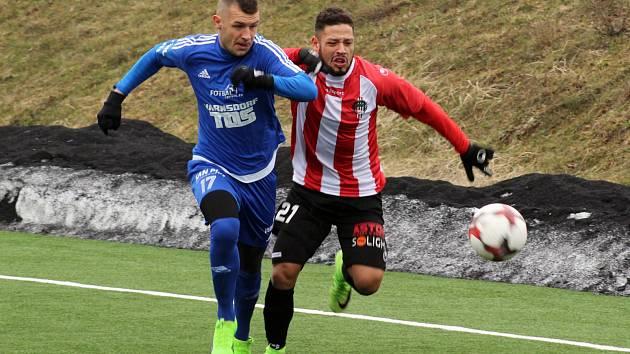 KRISTIÁN ZBROŽEK (v modrém) po sedmi letech opustil fotbalový Varnsdorf a zamířil do Hradce Králové.