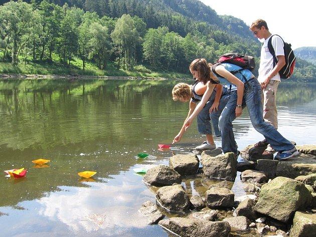 Současné vodní stavy nedělají starosti jenom školákům, kteří vypouštěli v Dolním Žlebu na pouť do Německa papírové lodičky.