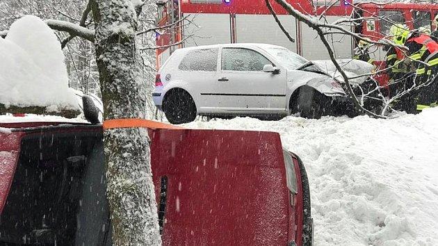 Kvážné dopravní nehodě došlo vLísce, uČeské Kamenice, vpátek odpoledne.