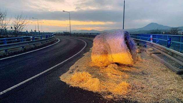Nájezd na Nový most v Děčíně zablokoval balík slámy