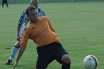 TAKÉ SE TREFIL. Domácí Kurty (u míče) zatížil konto Srbic jednou brankou. Fotbalisté Jílového nakonec slabého soupeře porazili 8:0.