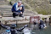 Potápěči zkoumají jez v Divoké soutěsce