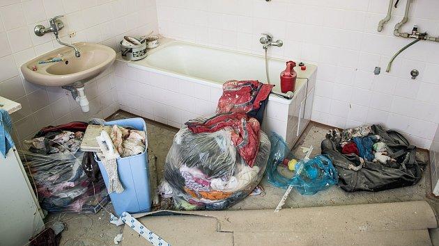 Žena nechala byt vdezolátním stavu. Navíc vněm leží její věci, snimiž majitel nechce hýbat.