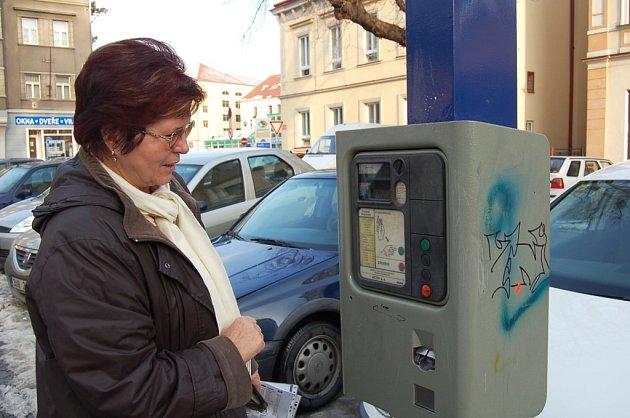 Gabriela Rojarová z Děčína včera u parkovacího automatu na Husově náměstí v Děčíně také neuspěla. Hledat jiný, jenž by byl funkční, odmítla