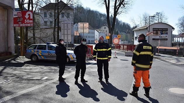 Přes hranice chodí na Šluknovsku lidé, v Dolné Poustevně je hlídají i hasiči.