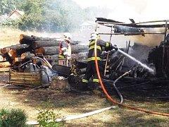 Požár kůlny se dřevem v Růžové na Děčínsku.