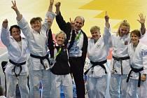 RADOST JAKO HROM! Lenka Königová (druhá zleva) se raduje s celým českým týmem po získání evropského titulu.
