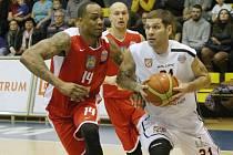 PAVEL BOSÁK (v bílém) nastřílel v posledním utkání 20 bodů.