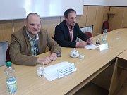 Z tiskové konference: Vlevo komisař Martin Czepan, vpravo zástupce vedoucího děčínské hospodářské kriminálky Tomáš Kolbaba.