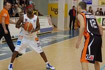 KONEČNĚ! Basketbalisté BK Děčín (v bílém) prolomili sérii porážek, Nový Jičín porazili 82:75.