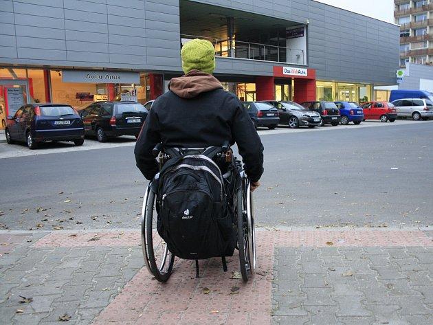 Opravené chodníky navádí slepce přímo do křižovatky.