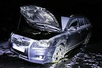 Auto ve Velkém Šenově, které zapálil žhář.