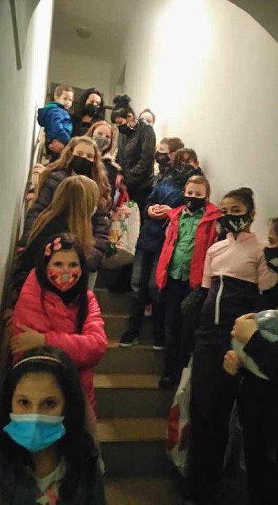 Dárky a večeře doputovaly do azylového domu v Jiřetíně pod Jedlovou.