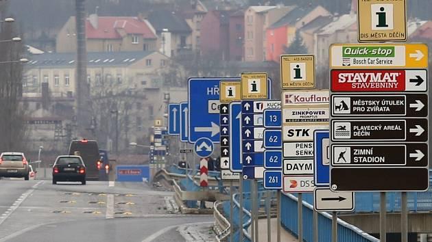 Nový most v Děčíně je plný značek a cedulí.