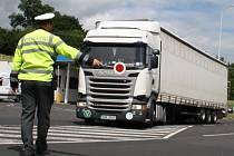 Policie kontolovala kamiony, sledovala jak jsou těžké.