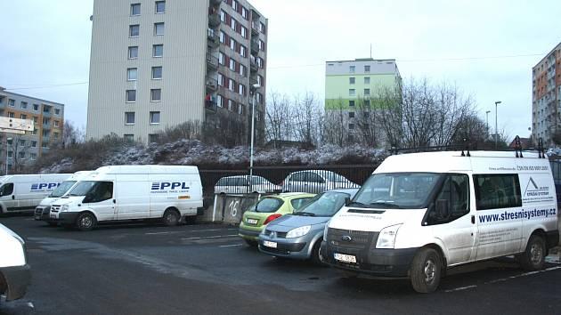 PLACENÉ parkoviště stojí v Březinách přímo na sídlišti.
