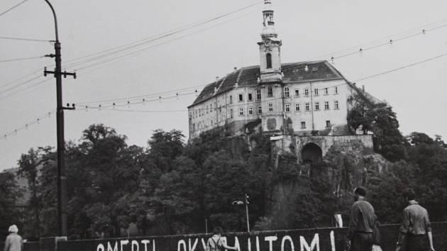 TEHDY A DNES. Redakce Děčínského deníku porovnala místa v Děčíně, kde byly před 47. lety nápisy proti okupačním vojskům.