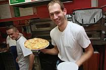 NEJEN NA HŘIŠTI řádili děčínští basketbalisté. Takto si vyzkoušel Jakub Houška v pizzerii, jak se taková pravá pizza připravuje a peče.