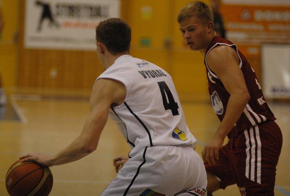 PARÁDA! Děčínští basketbalisté (v bílém) porazili Svitavy a vyhráli třetí domácí zápas v sezóně.