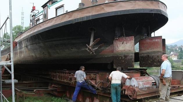 Loď vytáhli z Labe v loděnicích v Křešicích.
