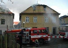 Domu v České Kamenici vzplála střecha. Hasiči museli evakuovat jeho obyvatele.
