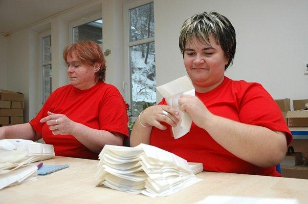 Některé firmy na Děčínsku, které zaměstnávají zdravotně postižené lidi, čekají krušnější časy. Od státu mají dostávat méně peněz než dosud. Na snímku Pavlína Laczková a Jana Polaková z firmy Axin mají to štěstí, že práci stále mají.