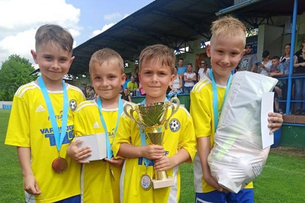 "Vítězný tým na Bambini Cupu 2021 - FK Varnsdorf ""žlutí."" Zleva: Matouš Jordák, Jakub Kotiš, Matěj Kotiš, Radek Porcal."