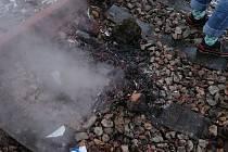 Muž vypaloval kabely v Jílovém přímo na trati.