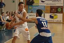 DRUHÉ UTKÁNÍ. BK Děčín (v bílém Luboš Stria) hraje v úterý druhé utkání v Praze.