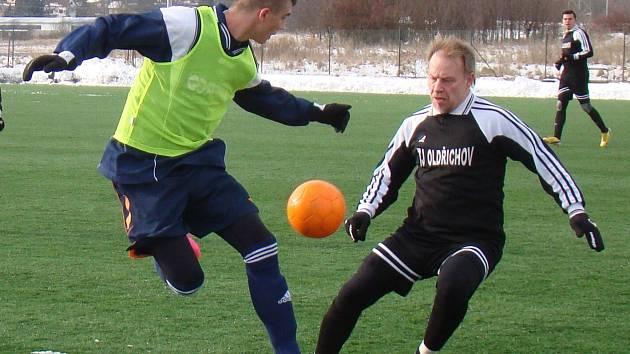 PORÁŽKA. Fotbalisté Jílového (rozlišovací dresy) prohráli s Oldřichovem 0:3.