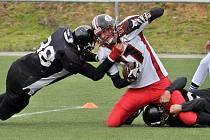 PREMIÉRA. V Kotlině proběhl zápas amerického fotbalu mezi Příbram Bobcats (v bílém) a Liberec Titans.