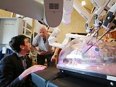Jedinečnou možnost prohlédnout si nejmodernější robotický operační systém měli zájemci na děčínském zámku.
