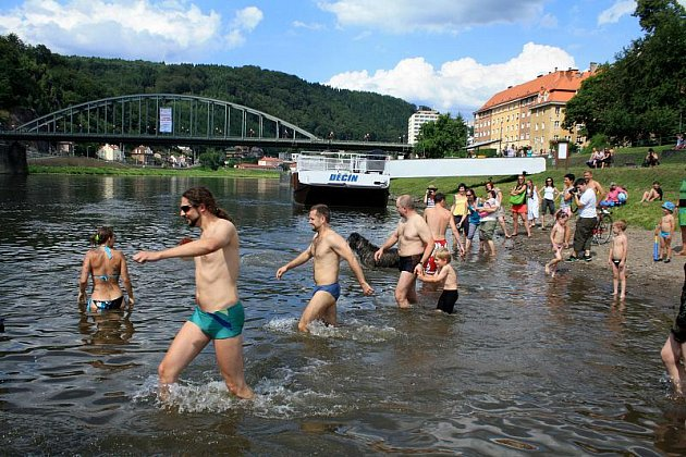 Evropský den koupání v řekách oslavilo v Děčíně několik desítek lidí.