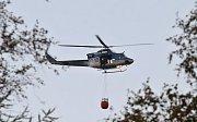 Zásah vrtulníku při požáru u Ostrova.