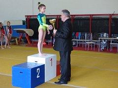 DOMÁCÍ NADĚJE. Desetiletá vítězka Michaela Kratochvílová z děčínského klubu sportovní gymnastiky SKDM.