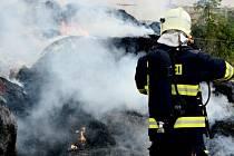 Požár přibližně stovky balíků slámy na statku v Horním Podluží.